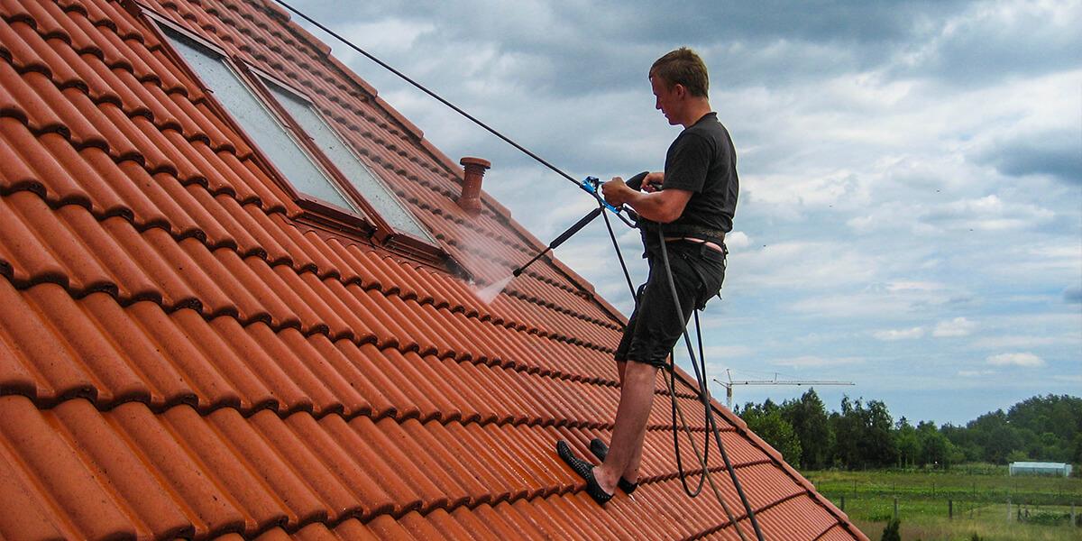 Czyszczenie dachówki ceramicznej nabudynku mieszkalnym