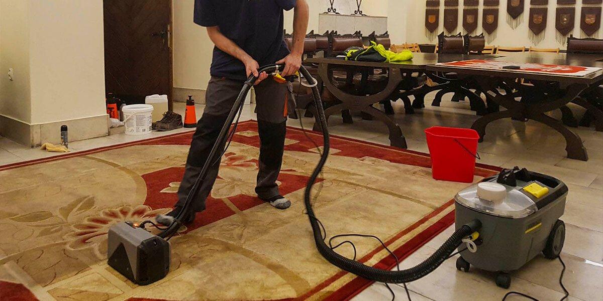 Usługa czyszczenia dywanów wpomieszczeniach biurowych