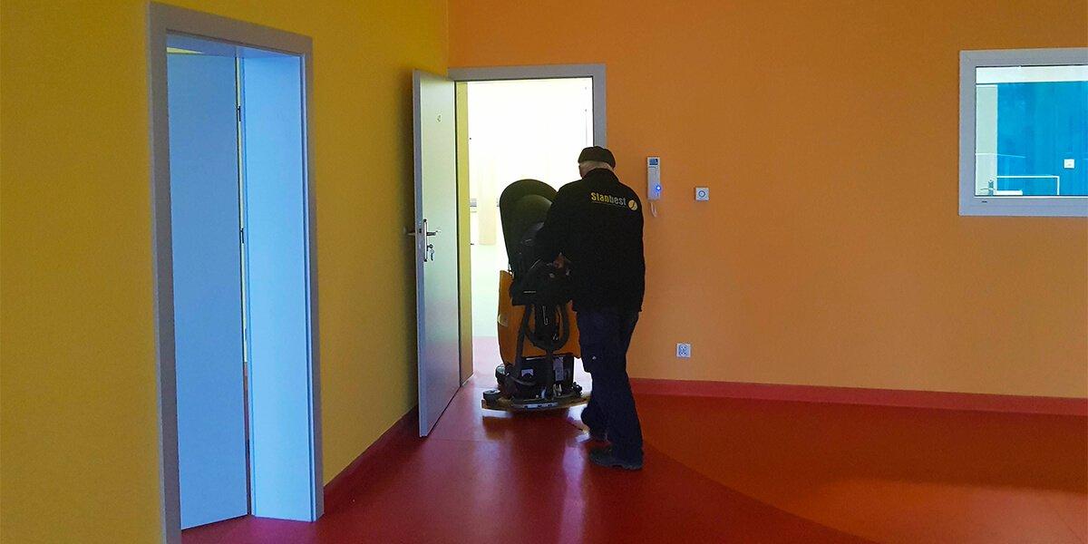 Doczyszczanie podłogi poremoncie przedszkola