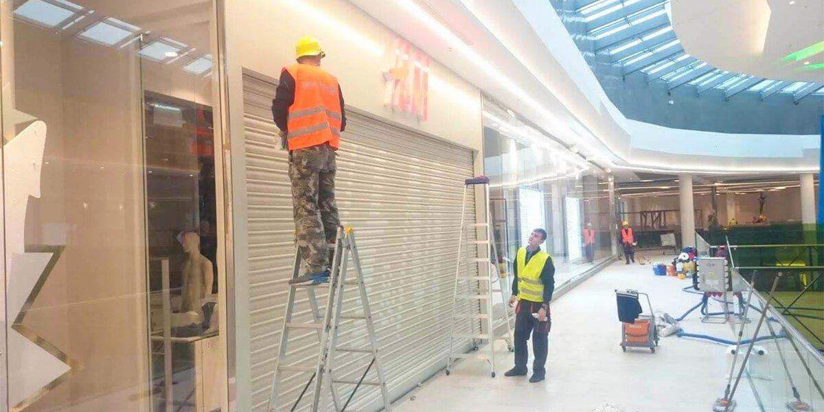Sprzątanie sklepu H&M przedzatowarowaniem